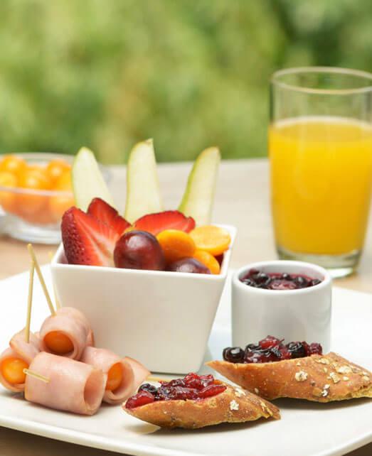 Desayuno campestre con mermelada de frutos rojos