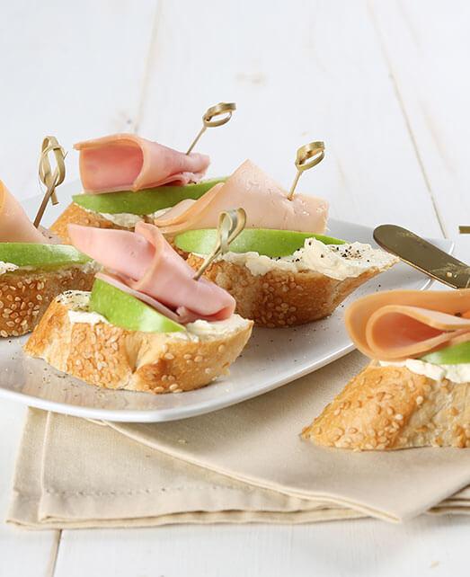 Montaditos de Jamón con manzana y queso crema
