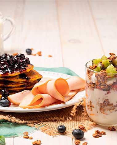 Parfait de frutas con pancakes y jamon pietran