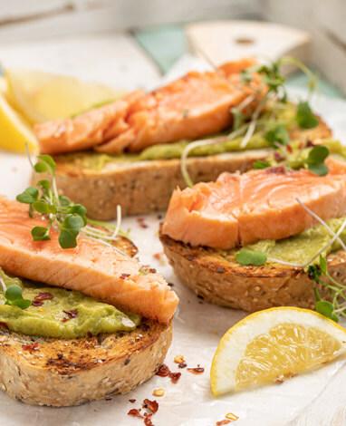 Tostadas de pan integral con Salmón Natural
