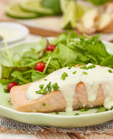 Salmón con salsa de yogurt griego