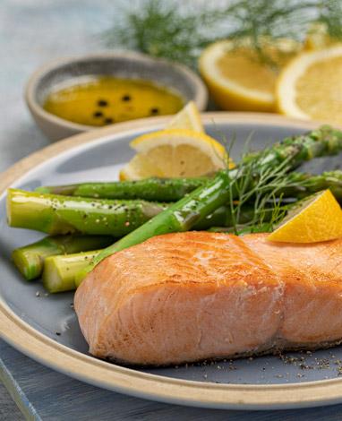 Salmón natural con espárragos