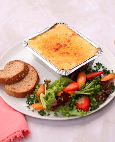 Veggie lasagna con ensalada de fresas y brócoli.