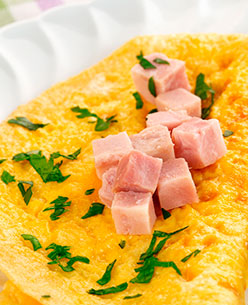 omelette jamón y queso en cubos acompañado de perejil